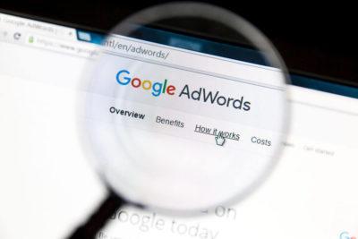 Uma lupa sobre o site do Google AdWords.